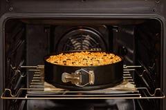 Fez recentemente o bolo caseiro com porcas e mirtilo no forno doméstico foto de stock royalty free