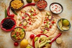 Fez recentemente tortilhas de milho saud?veis com a faixa grelhada da galinha, fatias de abacate grandes imagem de stock