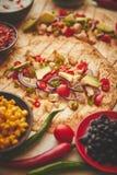 Fez recentemente tortilhas de milho saud?veis com a faixa grelhada da galinha, fatias de abacate grandes foto de stock
