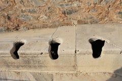 Öffentliche Toilette in den Ephesus-Antikenruinen der alten Stadt in Selcuk, die Türkei Stockfotos