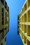 Ffice byggnader sträcker upp till den blåa himlen Arkivfoto
