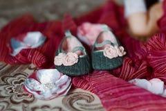 FFlat chausse le plan rapproché de bébé sur une écharpe pourpre avec des fleurs photos libres de droits