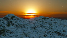 Fflying πέρα από τα βουνά χιονιού εναέρια όψη φιλμ μικρού μήκους