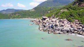 Fflying acima das pedras, as montanhas, vista aérea do oceano azul bonito video estoque