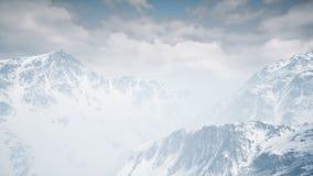 Fflying nad śnieżnymi górami widok z lotu ptaka royalty ilustracja