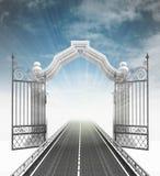 Öffnen Sie barockes Tor mit Landstraße und Himmel Stockbild