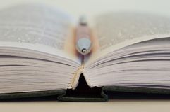 ?ffnen Sie Buch Ein Stift liegt zwischen den Seiten in einem offenen Buch lizenzfreies stockfoto