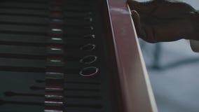?ffnen Sie Fach mit Automechanikerwerkzeugsatz lizenzfreies stockfoto