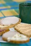 Öffnen Sie gegenübergestellte Sandwiche und Kaffee Lizenzfreie Stockfotografie