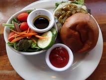Öffnen Sie Jalapeno Pfeffer-Steckfassung Cheeseburger mit Salat Stockfotografie