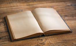 Öffnen Sie Leerseiten des alten Buches Stockbilder