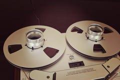 Öffnen Sie Metallspulen mit Band für professionelle Tonaufnahme mit Lizenzfreies Stockfoto