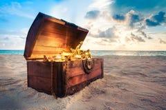 Öffnen Sie Schatztruhe auf dem Strand Stockfotos