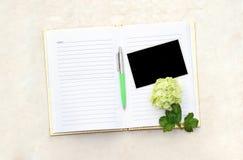Öffnen Sie unbelegtes Buch mit Foto Stockfoto