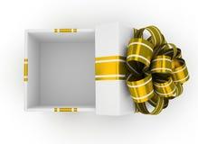 Öffnen Sie weiße Geschenkbox mit dem Goldbogen, der auf weißem Hintergrund lokalisiert wird Lizenzfreies Stockbild