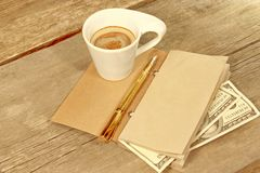 Öffnen Sie Weinlese-Notizblock, Goldstift, hundert doolar und Schale von Espre Lizenzfreie Stockbilder