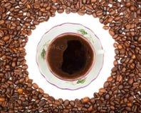Fframe von Kaffeebohnen für die Fotos mit einer Schale Stockbild