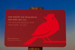 fåglar som föder upp tecknet Royaltyfria Foton