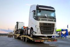 在一辆半拖车运输的新的富豪集团FH卡车 免版税库存照片