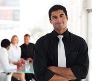 Führender Vertreter der Wirtschaft vor seinem Team Lizenzfreie Stockfotos