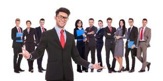 Führer, der zu seinem erfolgreichen Geschäftsteam begrüßt Stockbild