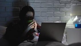 Fièvre en difficulté de grippe de douleur de femme, film de observation potable de thé, traitement à la maison banque de vidéos
