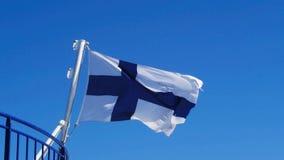 Fińska flaga przed niebieskim niebem