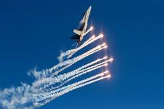 Fiński siły powietrzne szerszeń F/A-18 strzela out migocze fotografia stock