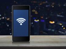 Fi podłączeniowa ikona na nowożytnym mądrze telefonu ekranie Zdjęcie Royalty Free
