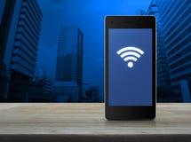 Fi podłączeniowa ikona na nowożytnym mądrze telefonu ekranie na drewnianej zakładce Fotografia Royalty Free