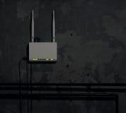 Fi router na starej ścianie w ciemnym pokoju - tło zdjęcia royalty free