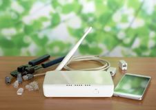 Fi router, smartphone, akcesoria i crimper dla związku na stole, obraz stock