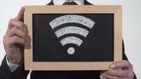 Fi strefy znak rysujący na blackboard w biznesmen rękach, internet technologia zbiory wideo