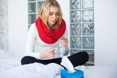 Fi?vre et froid Portrait de la grippe attrap?e belle par femme, ayant le mal de t?te et la haute temp?rature Plan rapproch? de fi photos stock