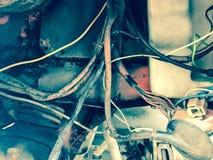 Fiação de alumínio perigosa má velha na isolação de borracha Fios inseguros elétricos foto de stock