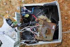 Fiação despedaçada quebrada do monitor e do computador velhos do computador de secretária imagem de stock