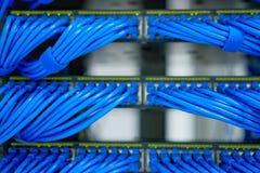 Fiação e trabalhos em rede do cabo de LAN no centro de dados Fotografia de Stock