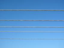 Fiação elétrica no céu azul Fotografia de Stock Royalty Free