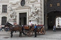 Fiacre de Traditiona cerca de Hofburg en Viena Imágenes de archivo libres de regalías