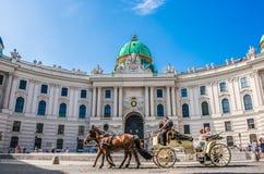 Fiaker在霍夫堡宫维也纳 免版税库存图片
