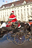 fiaker的司机穿戴作为红色的圣诞老人 免版税图库摄影