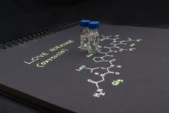 Fiala del campione del cappuccio blu del primo piano su carta con la formula chimica di Immagini Stock Libere da Diritti