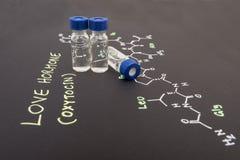 Fiala del campione del cappuccio blu del primo piano su carta con la formula chimica di Fotografia Stock Libera da Diritti