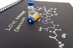 Fiala del campione del cappuccio blu del primo piano sul taccuino con la formula chimica Fotografie Stock