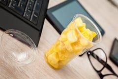 Fiambrera de la fruta en la oficina Fotografía de archivo libre de regalías