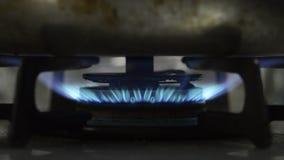 Fiamma blu della stufa di gas stock footage