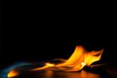Fiamma bruciante del fuoco su fondo nero Fotografie Stock