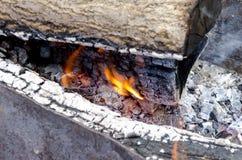 Fiamma bruciante i carboni nella griglia Fotografie Stock Libere da Diritti
