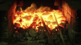 Fiamma bruciante in una forgia di smithery video d archivio