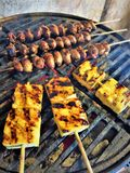 Fiamma che griglia i cuori e l'ananas del pollo Immagine Stock
